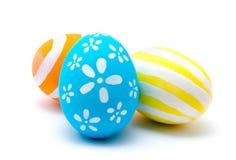 Uova di Pasqua fatte a mano variopinte isolate su un bianco Fotografia Stock Libera da Diritti