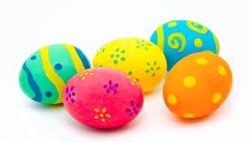 Uova di Pasqua fatte a mano variopinte isolate su un bianco Immagine Stock