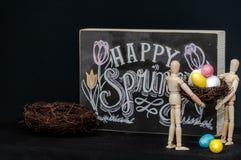 Uova di Pasqua felici della molla con due manichini Fotografie Stock Libere da Diritti