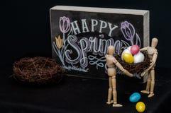 Uova di Pasqua felici della molla con due manichini Immagine Stock