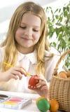Uova di Pasqua felici della pittura della bambina immagine stock libera da diritti