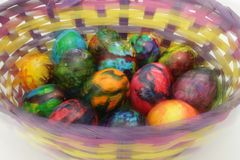 Uova di Pasqua Foto negli effetti di moto durante la fucilazione Non processo della posta Merce nel carrello dipinta fatta a mano Immagine Stock