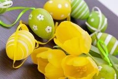 Uova di Pasqua gialle e verdi Colourful della molla Immagine Stock