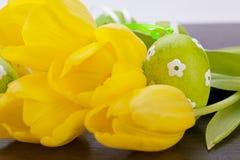 Uova di Pasqua gialle e verdi Colourful della molla Immagini Stock Libere da Diritti