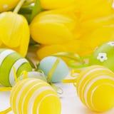 Uova di Pasqua gialle e verdi Colourful della molla Immagini Stock
