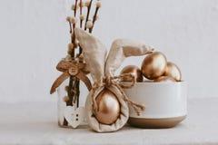 Uova di Pasqua Idea d'avanguardia di Bunny Linen Napkin Wrapping Diy fotografia stock libera da diritti