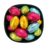 Uova di Pasqua In imballaggio leggero del cioccolato in ciotola, isolata sopra bianco Immagine Stock Libera da Diritti