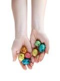 Uova di Pasqua In mani Immagini Stock Libere da Diritti