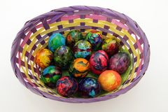 Uova di Pasqua Merce nel carrello dipinta fatta a mano delle uova per la celebrazione di Pasqua isolata su fondo bianco pasqua Uo Fotografie Stock Libere da Diritti