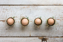 Uova di Pasqua naturali non colorate in tazze del caffè espresso; concetto felice di pasqua Immagini Stock
