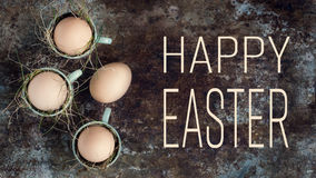 Uova di Pasqua naturali non colorate in tazze verdi del caffè espresso, concetto felice di pasqua, retro pasqua Immagini Stock