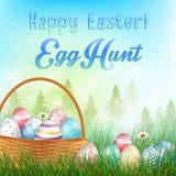 Uova di Pasqua nei precedenti del canestro con il campo degli alberi ed uova colorate nell'erba Fotografie Stock
