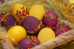 Uova di Pasqua nel canestro Immagine Stock Libera da Diritti