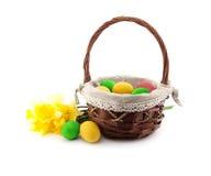 Uova di Pasqua nel canestro con il mazzo del narciso Immagine Stock Libera da Diritti