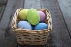 Uova di Pasqua nel canestro dei bordi di legno Fotografia Stock Libera da Diritti