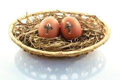 Uova di Pasqua nel canestro dell'isolato di su un fondo bianco Fotografia Stock