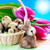 Uova di Pasqua nel canestro e nel coniglio Immagini Stock