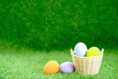 Uova di Pasqua nel canestro su erba verde fotografia stock libera da diritti