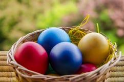 Uova di Pasqua Nel cestino Fotografie Stock Libere da Diritti