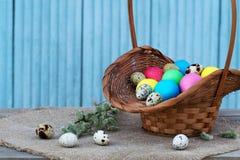 Uova di Pasqua Nel cestino della paglia Immagine Stock
