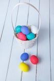 Uova di Pasqua Nel cestino Vista da sopra Immagine Stock