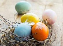 Uova di Pasqua nel nido su fondo di legno rustico Immagini Stock Libere da Diritti