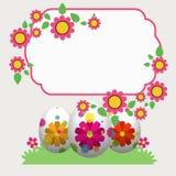 Uova di Pasqua nell'erba con i fiori Fotografia Stock Libera da Diritti