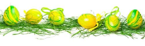 Uova di Pasqua nell'erba, insegna Immagine Stock