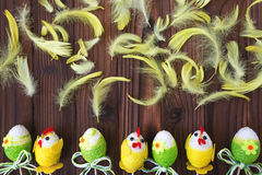 Uova di Pasqua in nido ed in piuma Immagini Stock Libere da Diritti