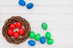 Uova di Pasqua in nido su fondo di legno Immagine Stock Libera da Diritti
