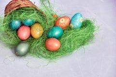 Uova di Pasqua in nido su vecchio fondo di legno Fotografie Stock