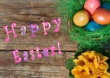Uova di Pasqua in nido su vecchio fondo di legno Immagini Stock Libere da Diritti