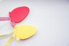Uova di Pasqua piane variopinte decorative su fondo bianco Fotografia Stock Libera da Diritti