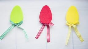 Uova di Pasqua piane variopinte decorative su fondo bianco Immagine Stock Libera da Diritti