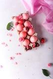 Uova di Pasqua rosa su fondo leggero Copyspace Foto di natura morta dei lotti delle uova di Pasqua rosa Priorità bassa con le uov Immagini Stock