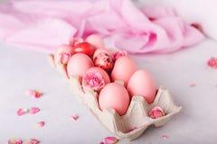 Uova di Pasqua rosa su fondo leggero Copyspace Foto di natura morta dei lotti delle uova di Pasqua rosa Priorità bassa con le uov Immagini Stock Libere da Diritti