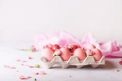 Uova di Pasqua rosa su fondo leggero Copyspace Foto di natura morta dei lotti delle uova di Pasqua rosa Priorità bassa con le uov Fotografia Stock Libera da Diritti