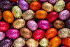 Uova di Pasqua rosse, gialle e rosa del cioccolato Immagini Stock Libere da Diritti