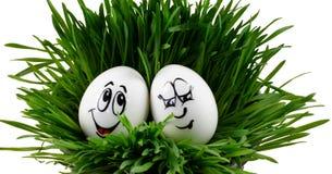 Uova di Pasqua sorridenti felici su una priorità bassa bianca Immagine Stock
