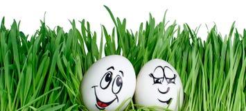 Uova di Pasqua sorridenti felici su una priorità bassa bianca Fotografie Stock