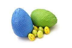 Uova di Pasqua Spostate del cioccolato e poco un Fotografia Stock
