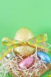 Uova di Pasqua Spostate variopinte del cioccolato Fotografia Stock Libera da Diritti