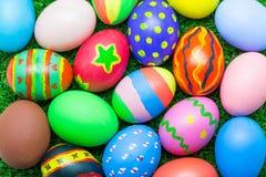 Uova di Pasqua Su erba verde Fotografie Stock