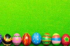 Uova di Pasqua Su erba verde Immagini Stock Libere da Diritti