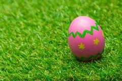 Uova di Pasqua Su erba verde Immagine Stock
