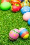 Uova di Pasqua Su erba verde Fotografia Stock