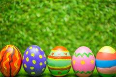 Uova di Pasqua Su erba verde Immagini Stock