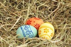 Uova di Pasqua Su fieno Immagini Stock Libere da Diritti