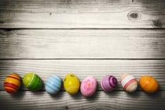 Uova di Pasqua su fondo di legno
