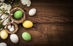 Uova di Pasqua Su fondo di legno Fotografie Stock
